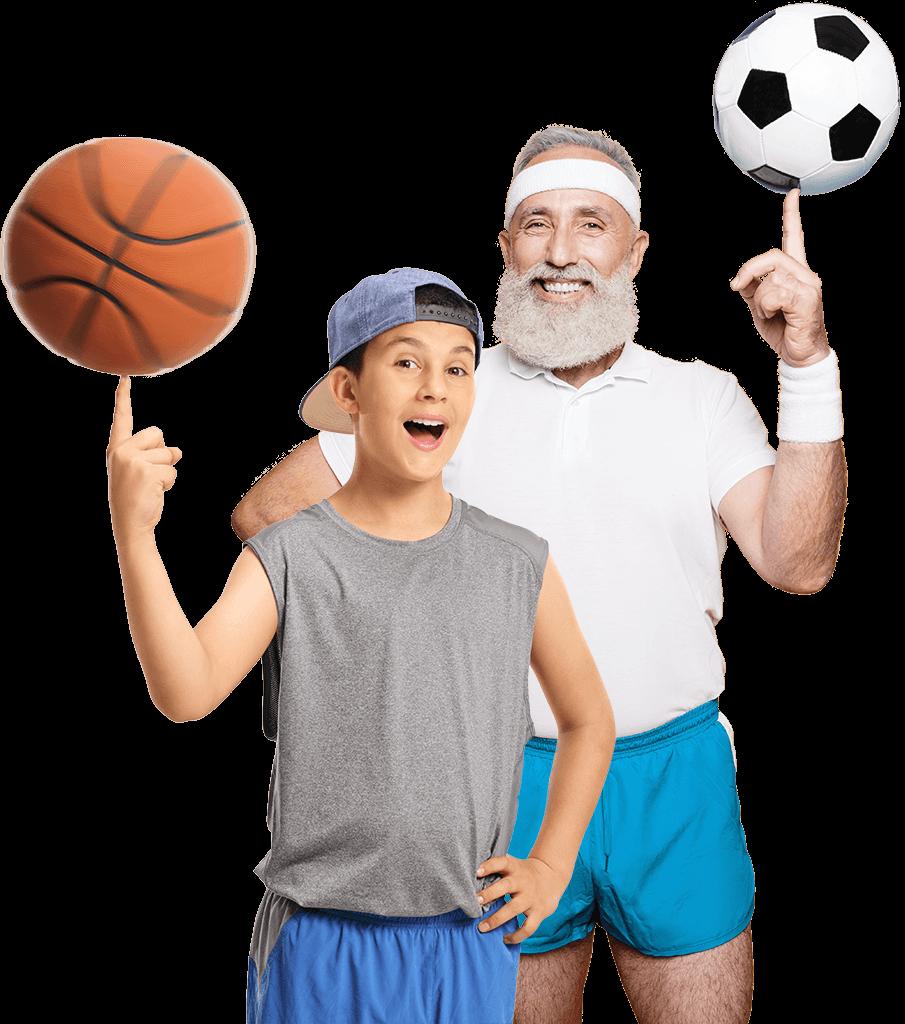 Ein sportlich gekleideter Junge mit Basecap, lässt einen Basketball auf der Fingerspitze seines rechten Zeigefingers drehen. Die linke Hand ist an seine linke Hüfte gestützt. Hinter ihm steht ein älterer, ebenfalls in Sporthosen, gekleiderter Mann mit langem grauen Bart und Strinband. Er balanciert mit dem linken Zeigefinger einen Fußball in der Luft.