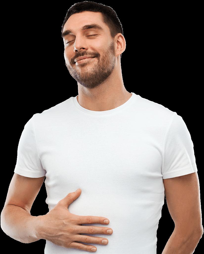 Ein junger Mann streicht sich genießerisch mit verschlossenen Augen mit einer Hand über den Bauch.